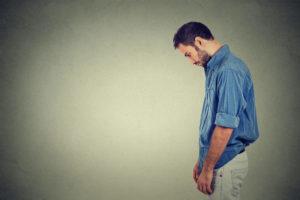 一個男人垂頭喪氣